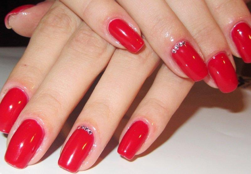 Дизайн ногтей красный лак и стразы