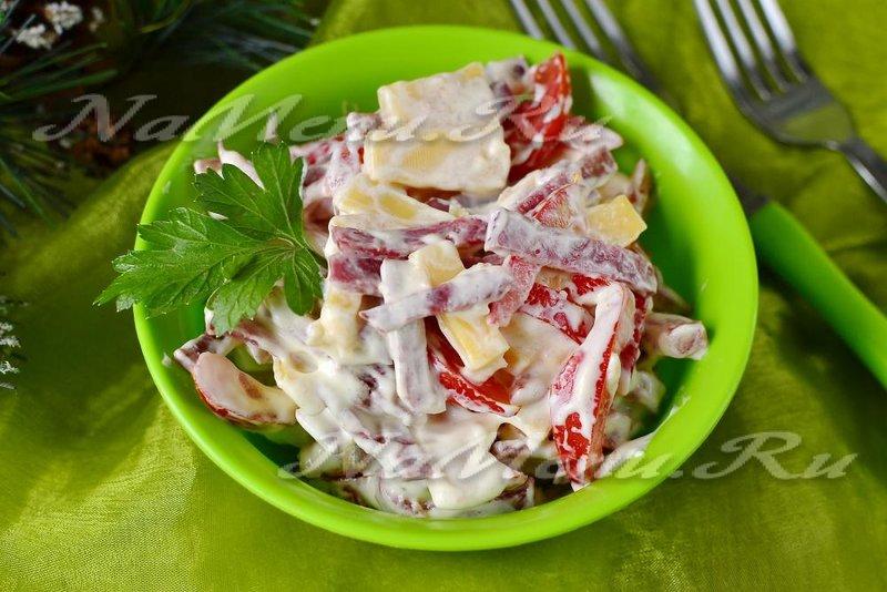 Салат из колбасы и сыра рецепт с