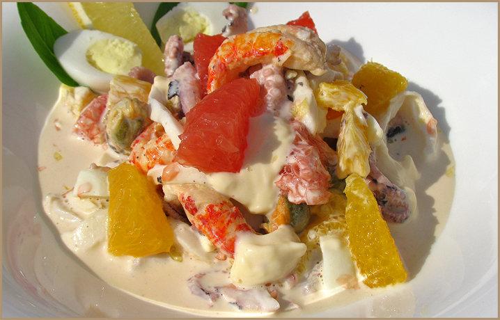 Салат из морепродуктов и яйцом