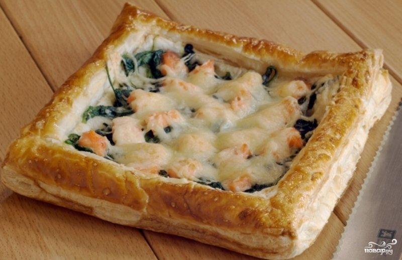 Пирог из слоеного теста с рыбой и картошкой рецепт