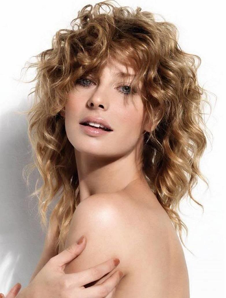 Стрижка каскад на волнистые волосы средней длины