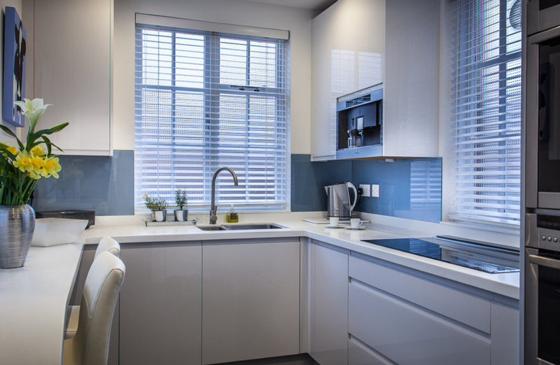 Белая кухня минимализм с мойкой у окна в интерьере фото