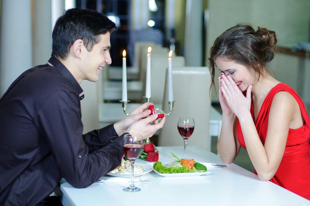 Парни делайте девушкам своим предложение руки и сердца