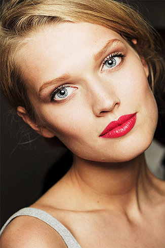 How to wear eye makeup with red lipstick