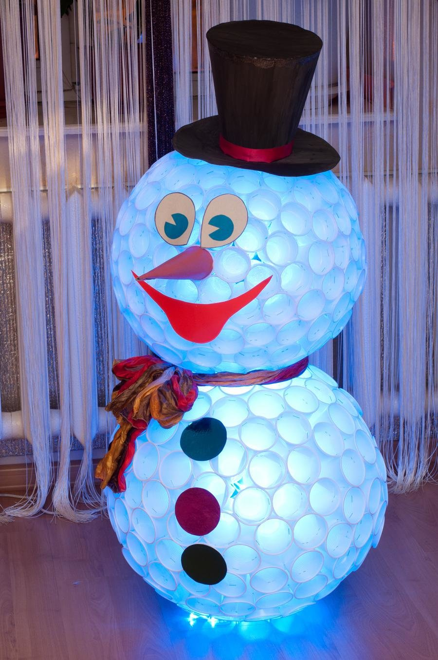 Снеговик маленький из пластиковых стаканчиков своими руками