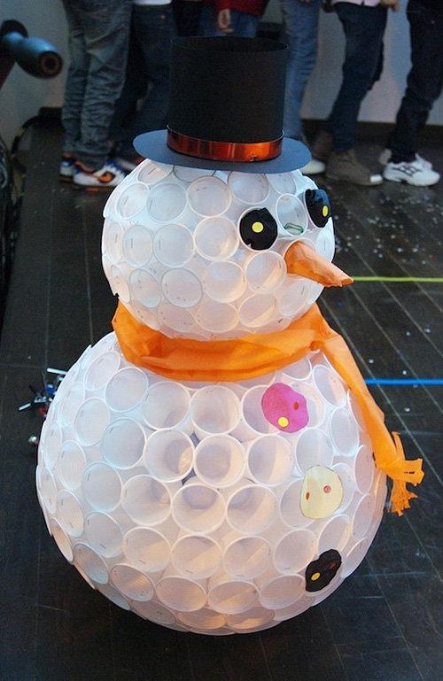 Снеговик из стаканчиков своими руками видео пошагово