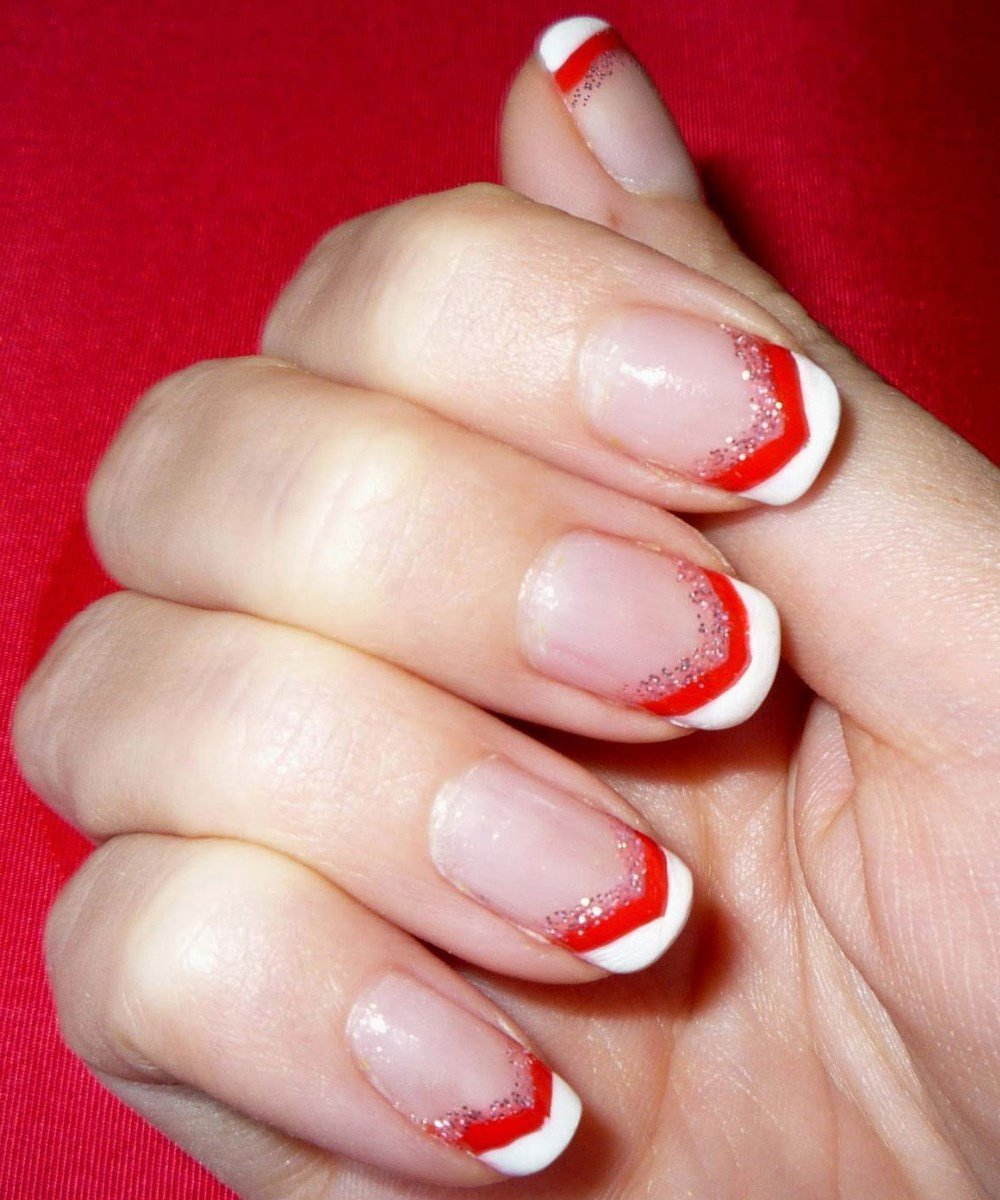 Белый дизайн на красных ногтях фото