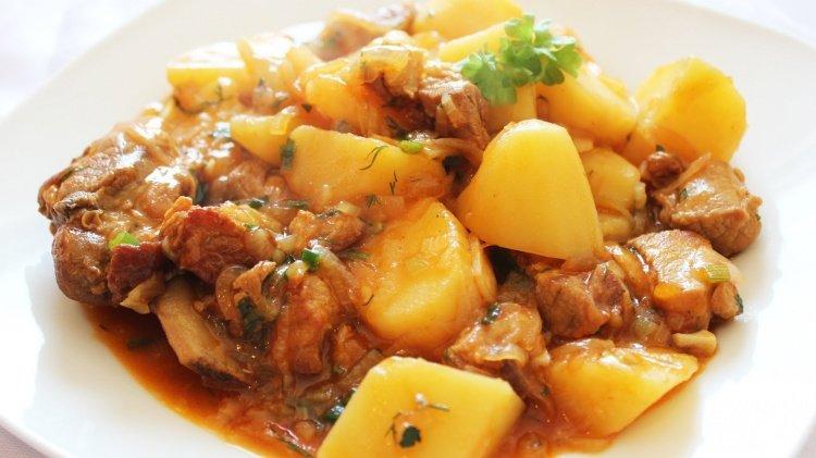 Косточки свиные с картошкой в казане рецепт
