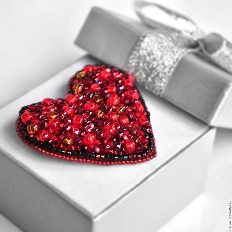 Брошь сердце из бисера и бусин