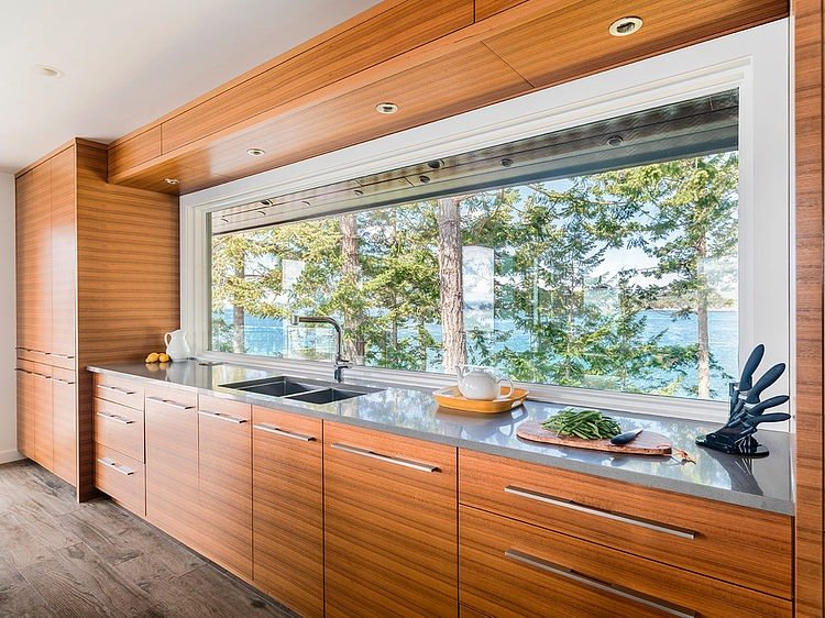Интерьер кухни с панорамными окнами фото