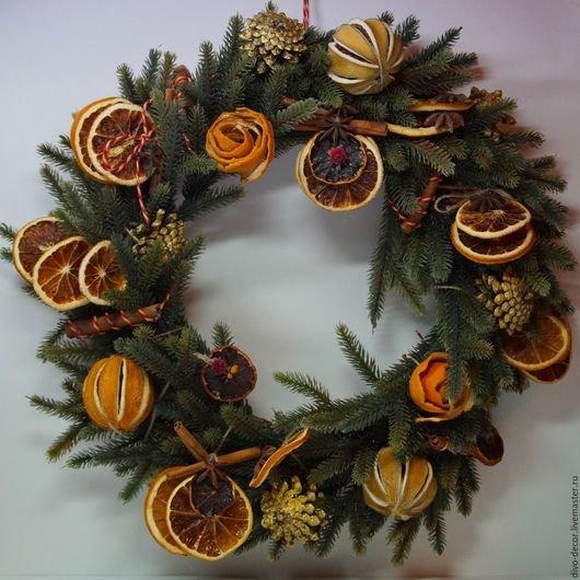 Купить или заказать Рождественский венок в интернет-магазине на Ярмарке Мастеров. Декоративные венки ручной работы: украшены нат