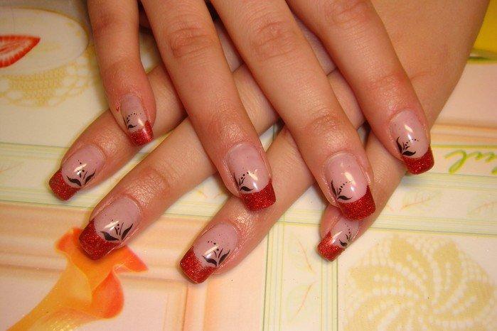 Дизайн ногтей с красным цветом нарощенных ногтей