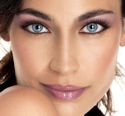 Брюнетка с зелеными глазами и светлой кожи макияж