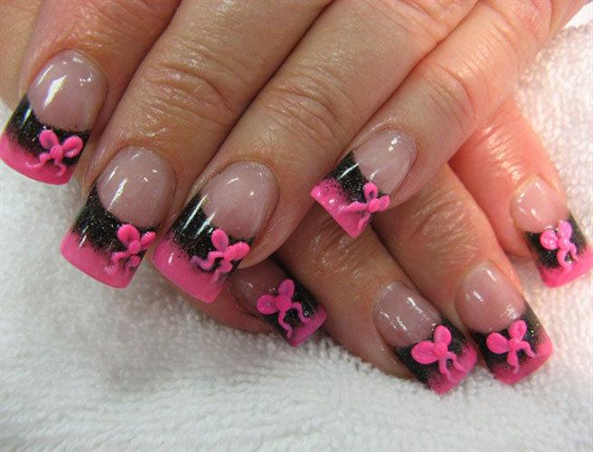 Красивый розовый френч на ногтях