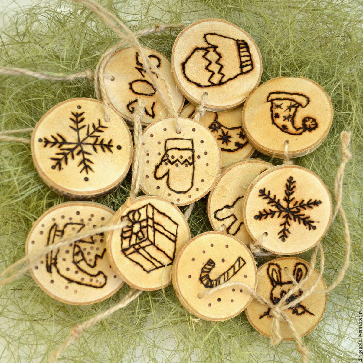 Поделка новогодняя из спилов дерева