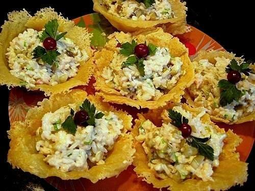 Салат на сырной корзинке