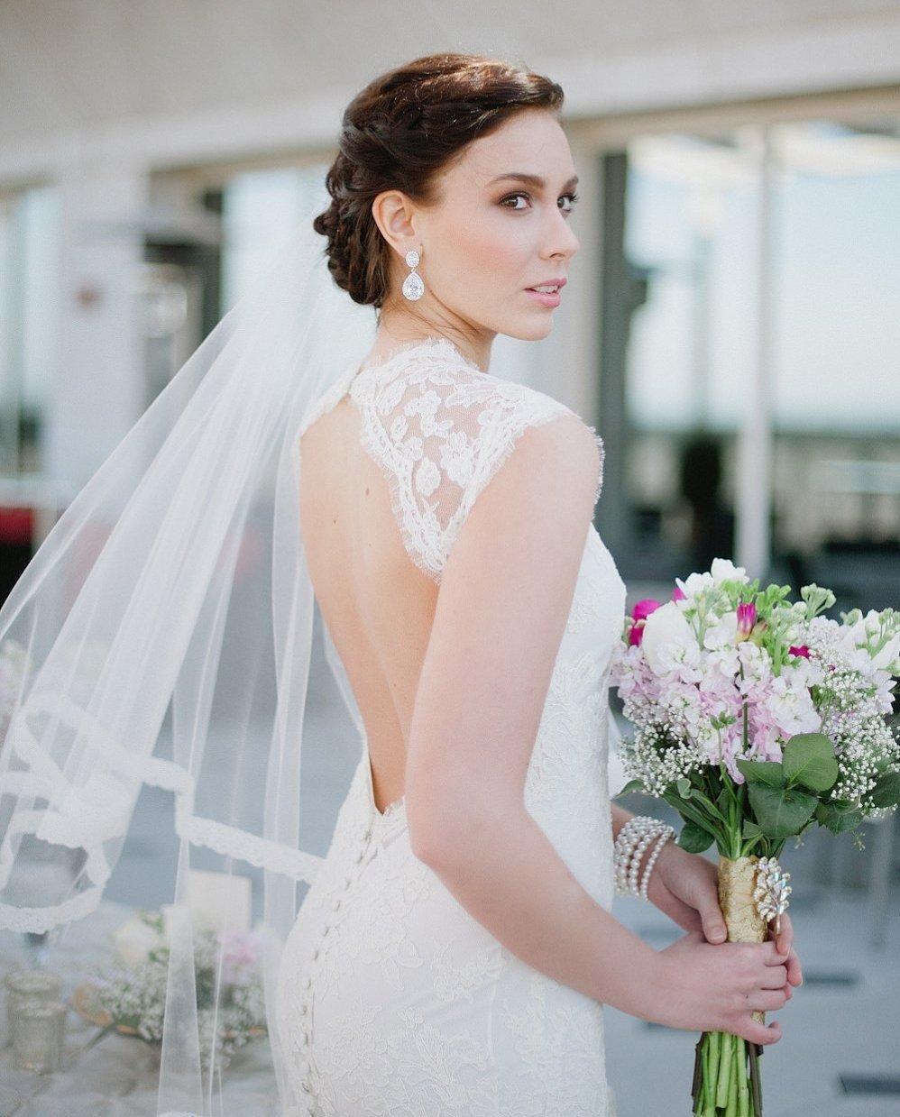 Элегантные прически для невесты с фатой