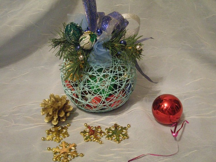 Новогодний шар из конфет мастер класс
