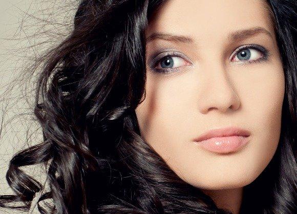 Дневной макияж для брюнетки с голубыми глазами
