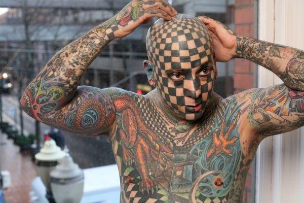Человек у которого по всему телу тату