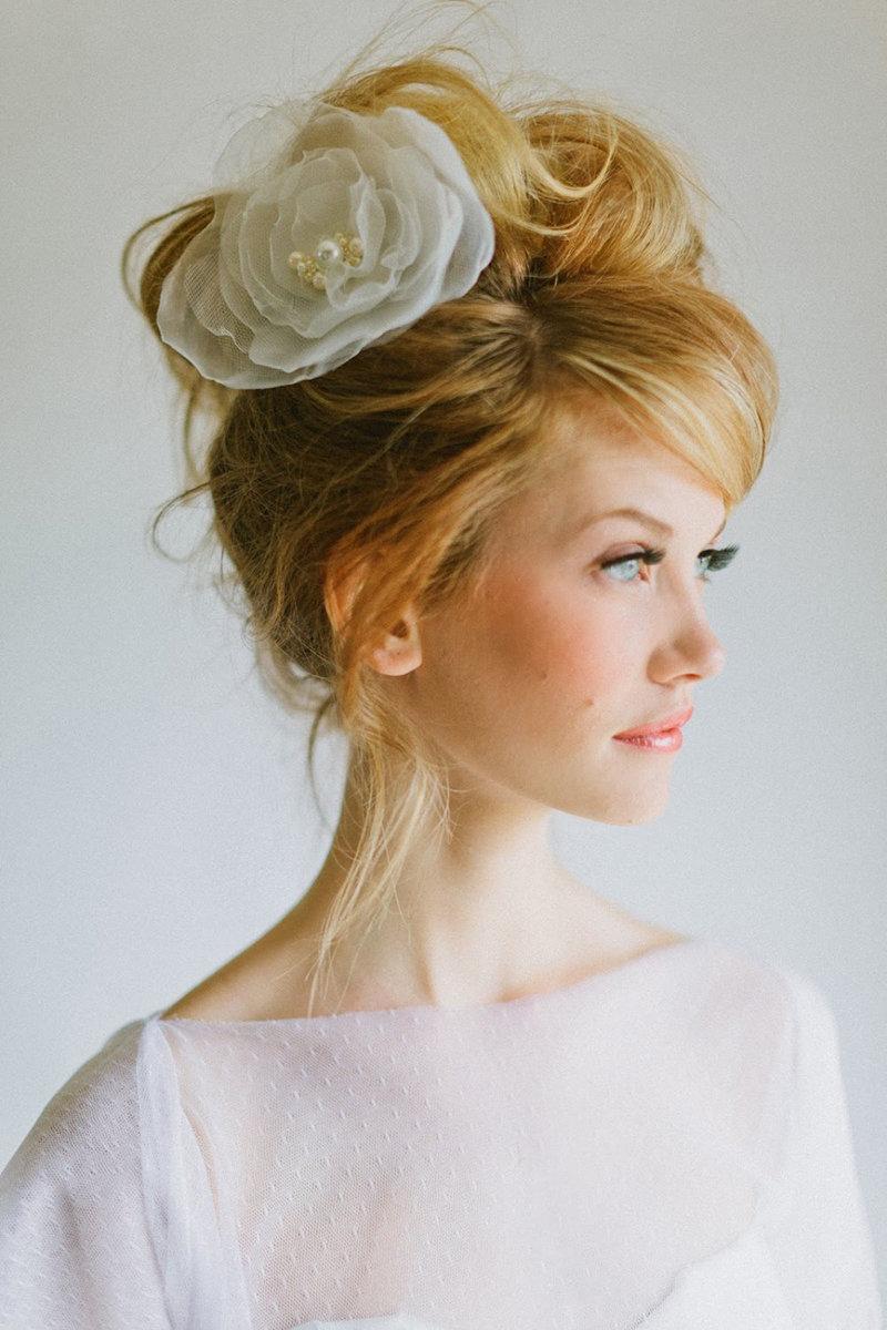 Прически на свадьбу на средние волосы с крупным лицом