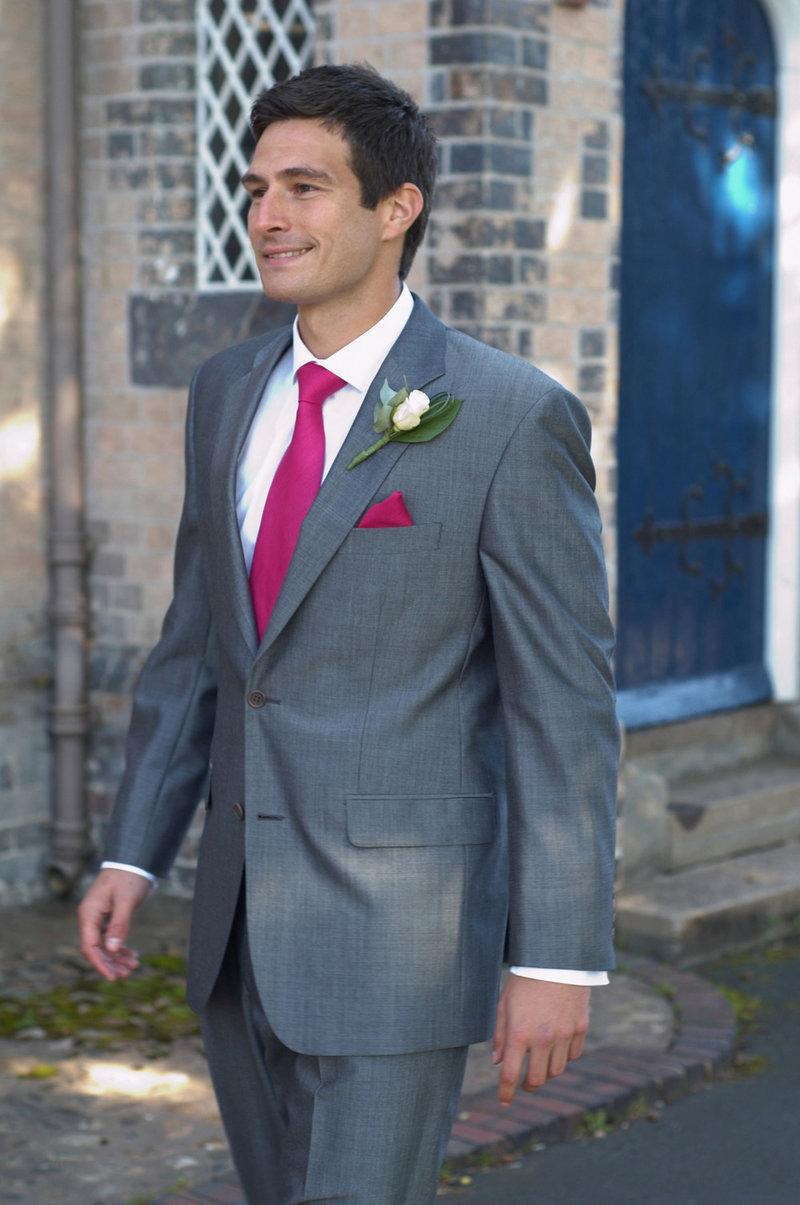 Жених в сером костюме голубая рубашка и серый галстук