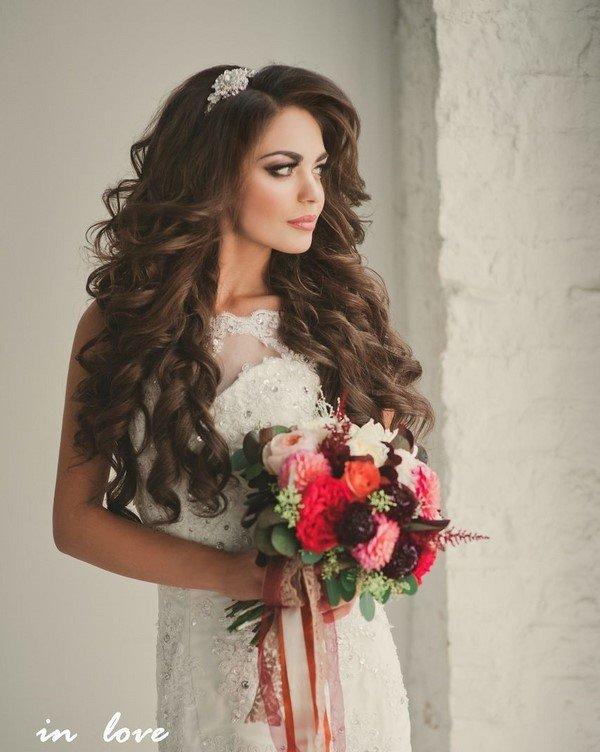 Свадебная прическа с распущенными волосами и фатой