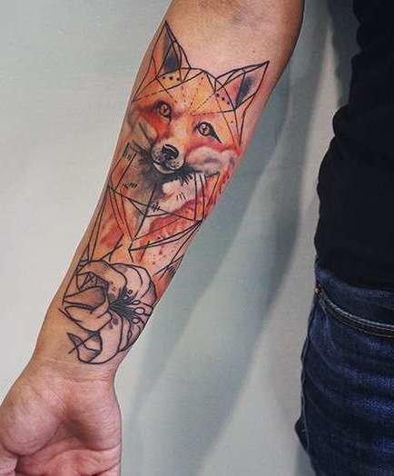 Тату лисы у девушки на руке