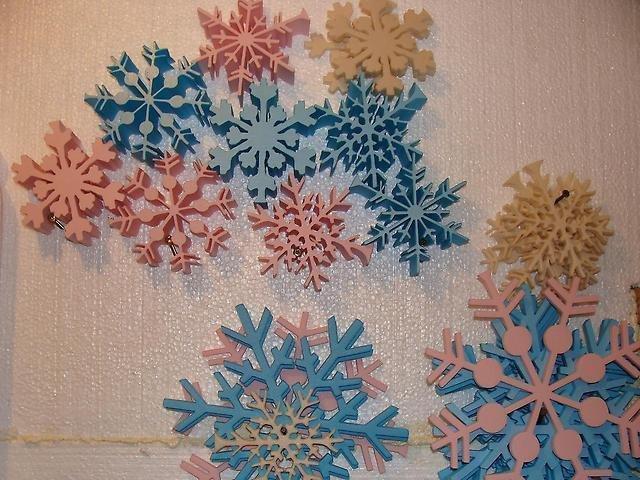 Чем украсить снежинку из пенопласта своими руками