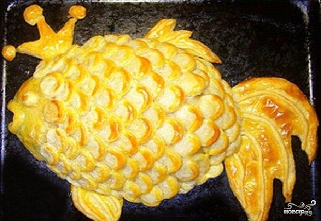 Пирог из слоеного теста в виде рыбы