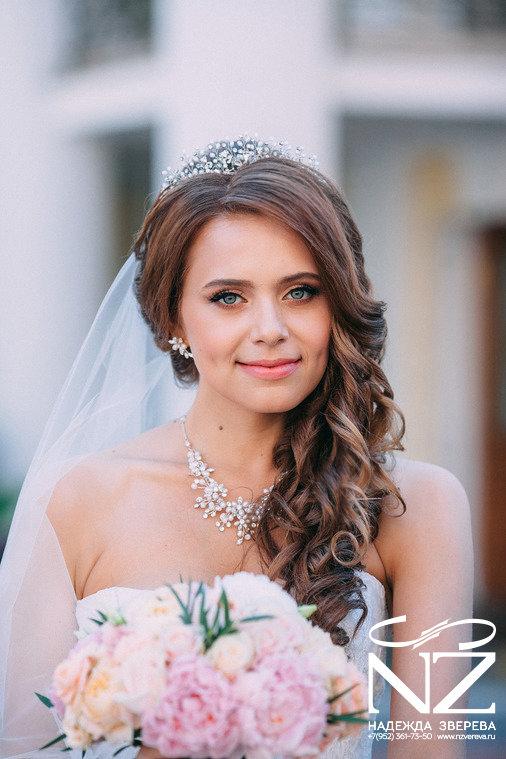 Свадебные прически с диадемой без челки