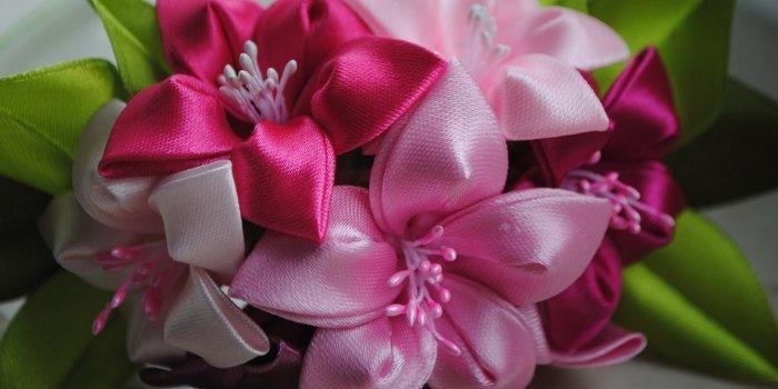 Цветок из атласных лент