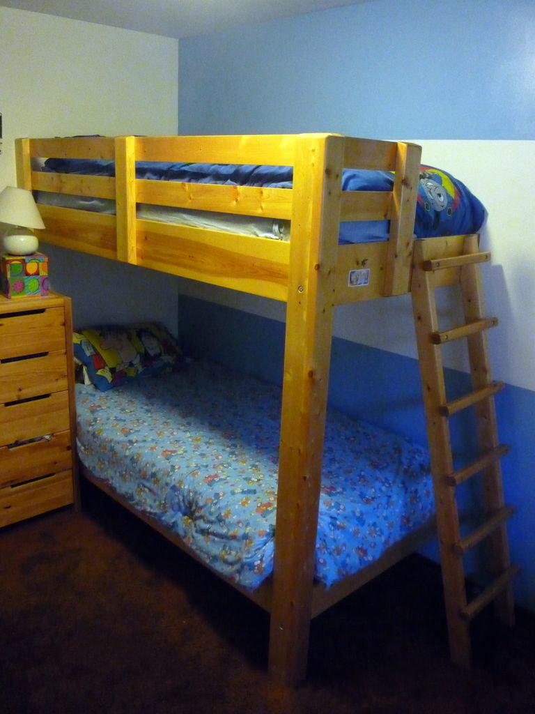 Двухъярусная детская кровать сделать своими руками