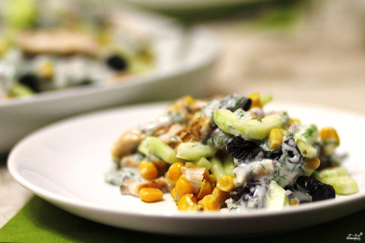 Салат с курицей черносливом и кукурузой