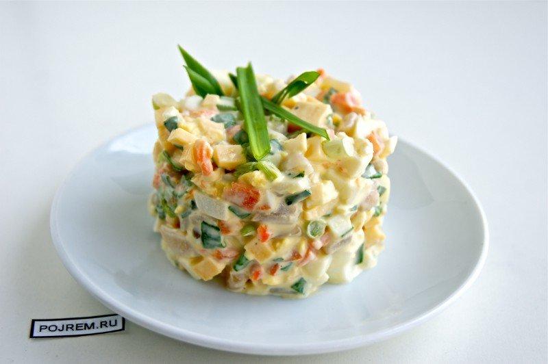 Салат из кальмаров с луком и яйцом
