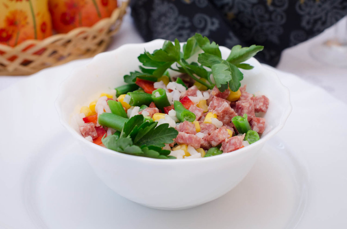 Салат из помидоров ветчины и кукурузы и помидоров