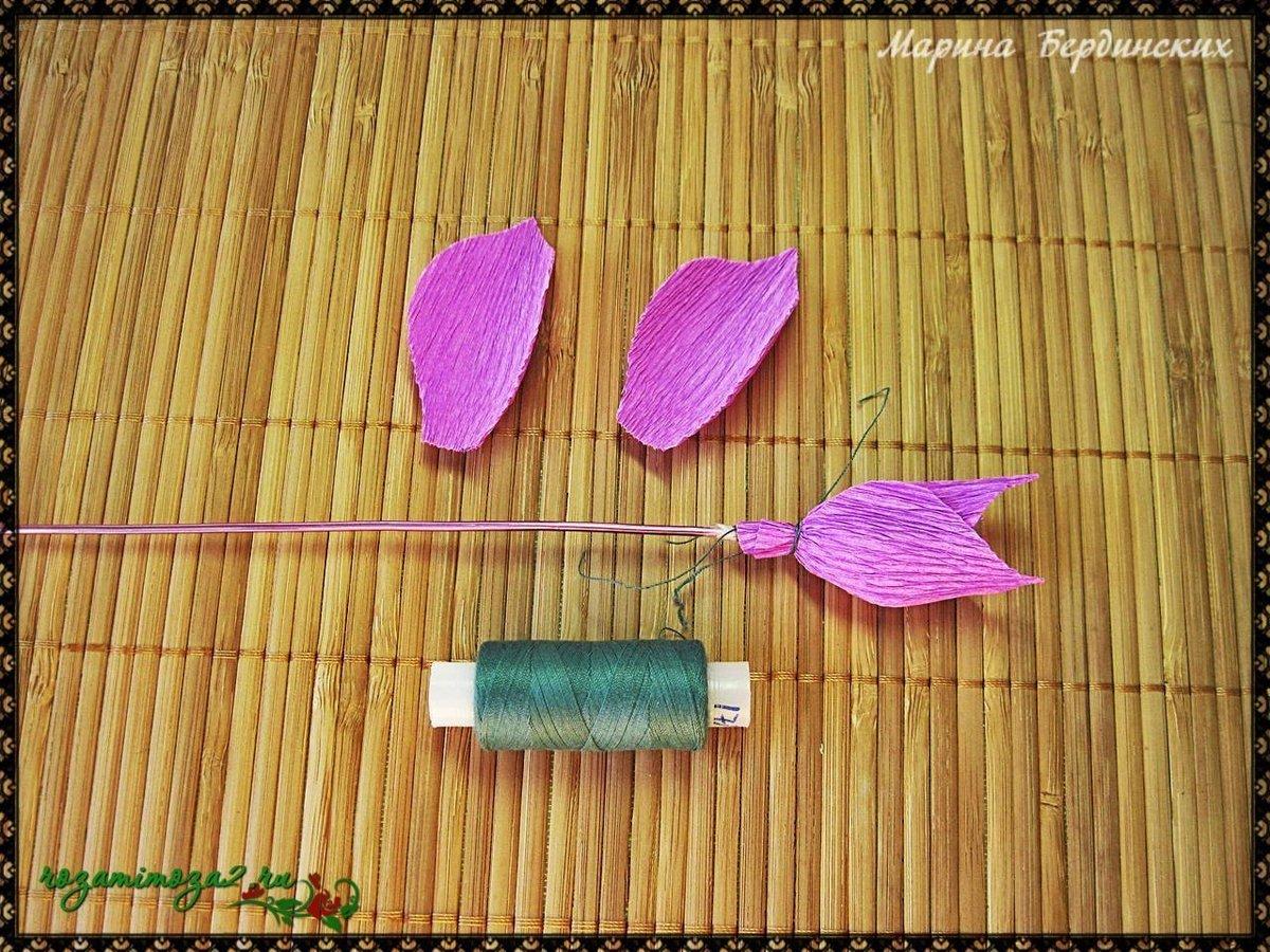 Мелкие цветы с конфетами из гофрированной бумаги своими руками