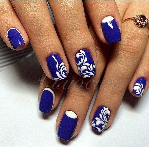 Рисунок на синих ногтях