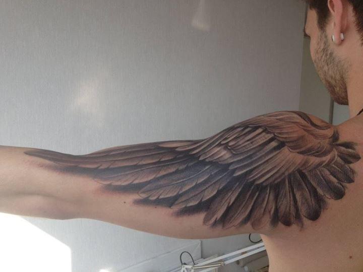 Крылья на плечах тату значение