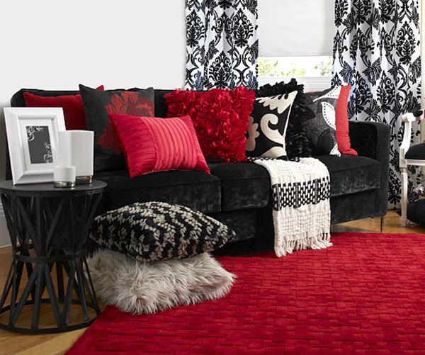 Бело-черный интерьер с красным диваном
