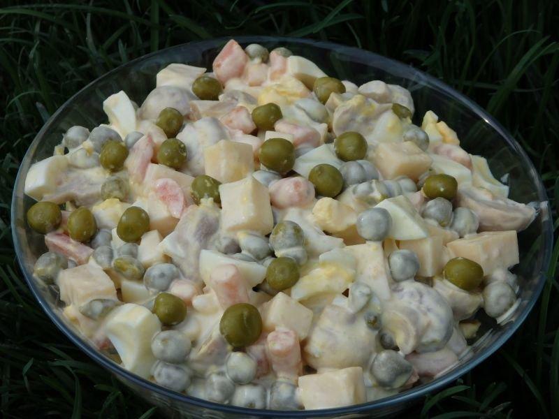 Салат с зеленым горошком и маринованными шампиньонами рецепт с