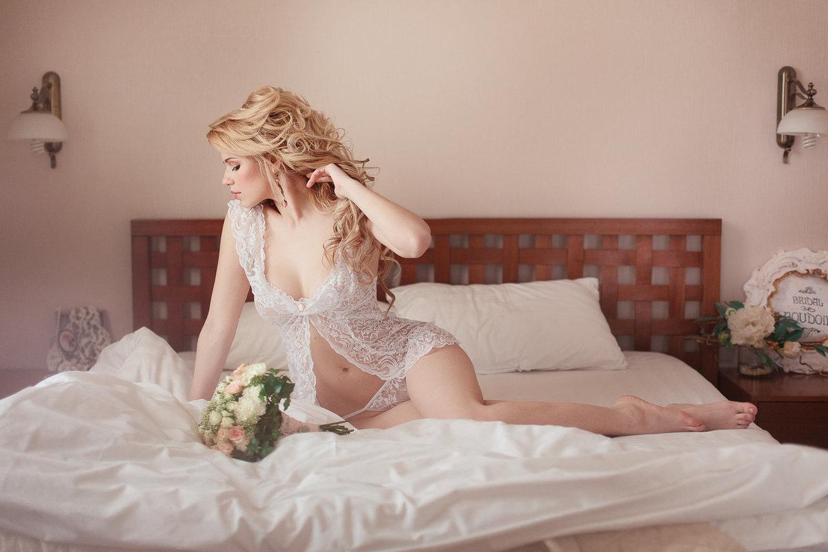 Откровенные снимки ретивой невесты на кроватке  487320