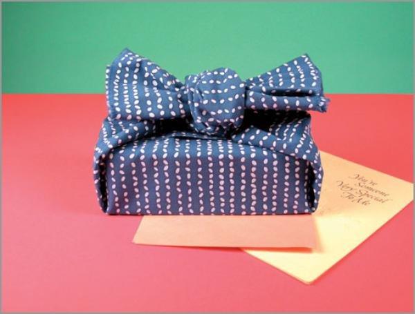 Как упаковать подарок в ткань