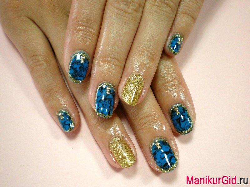 Синий с золотистым гель лак на ногтях