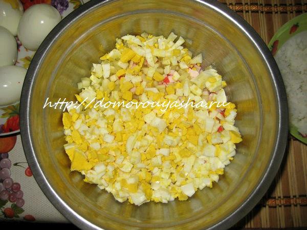 Крабовый салат с яйцом и кукурузой рецепт с пошагово