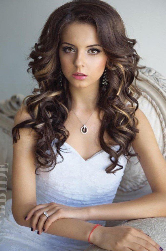Прическа с кудрями на средние волосы без челки