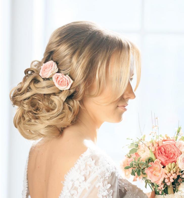 Фото прически для невесты с цветами
