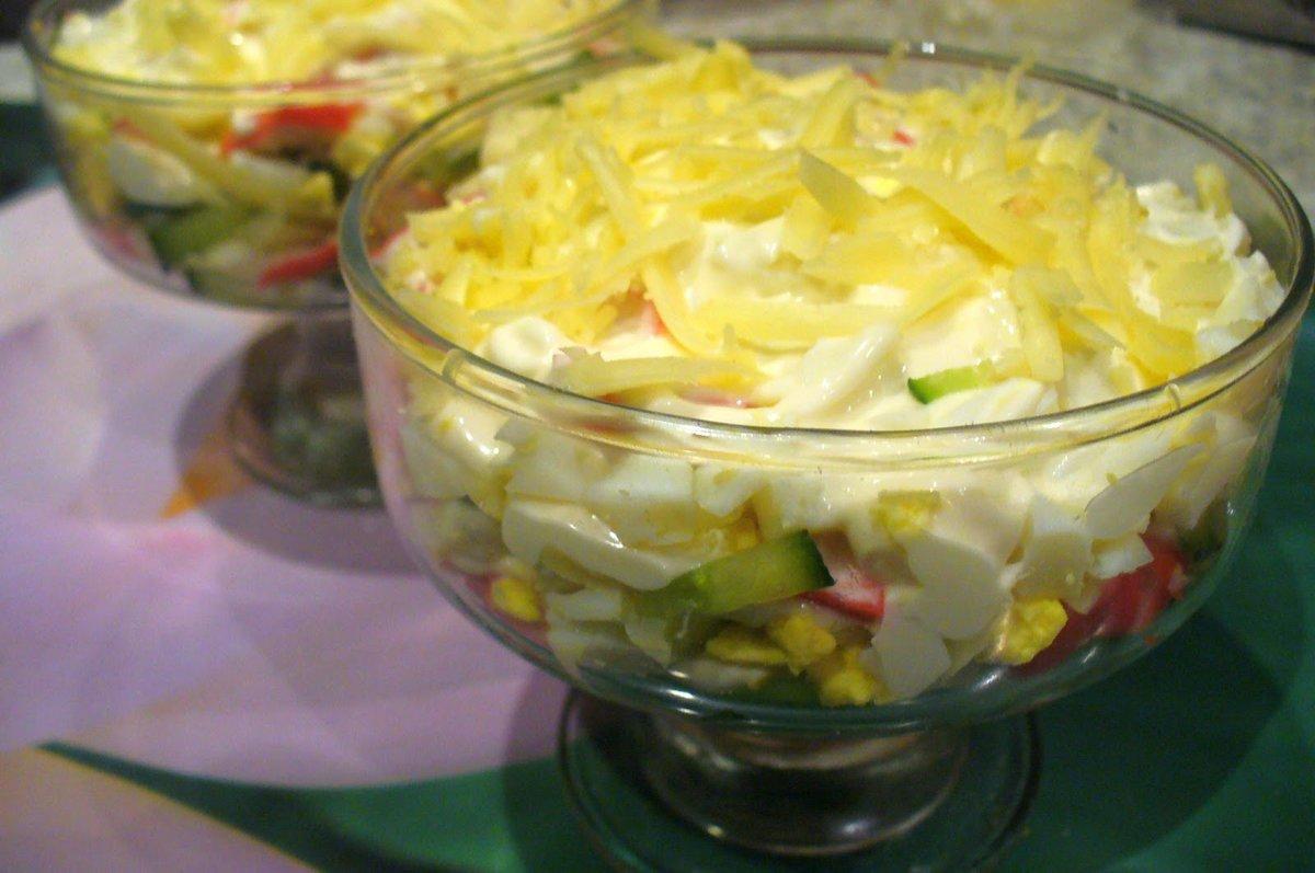 Салат крабовый с кукурузой и огурцом и сыром рецепт с
