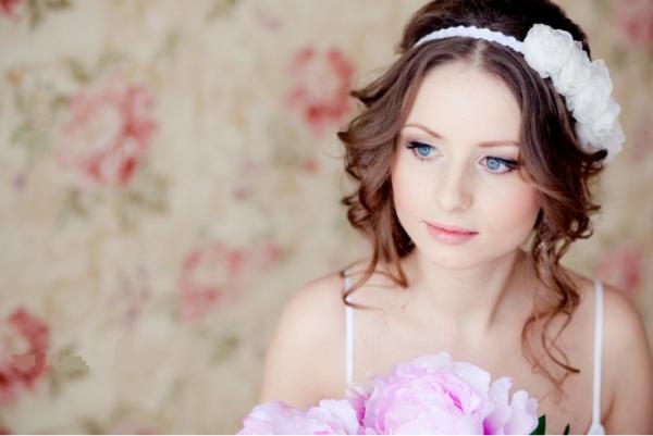 Прически на свадьбу для круглого лица на средние волосы с челкой