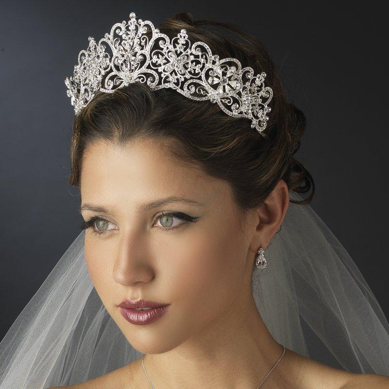 Свадебная прическа с фатой и короной